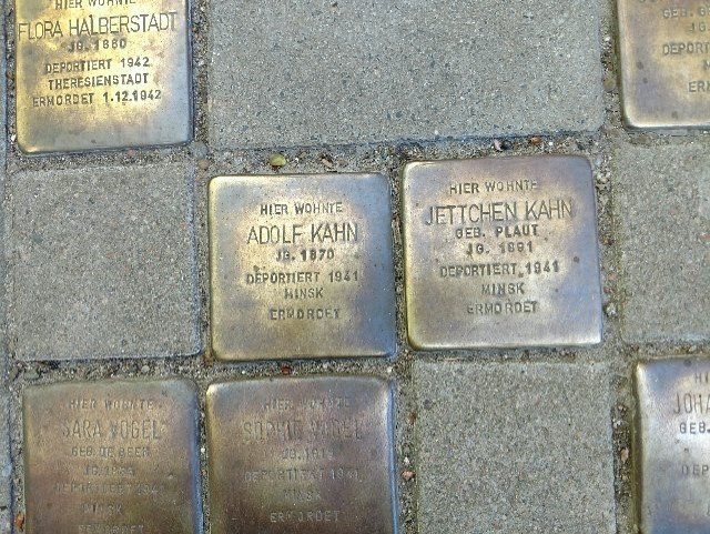 The stolpersteine for Adolf and Jettchen Kahn indicating they had been deported and murdered.
